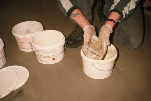 Mixing Mouldable Epoxy Putty Mortar by hand